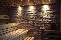 Altholz mit Steinwand